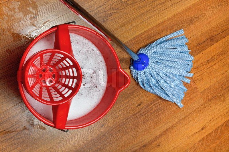 mopp und eimer mit wasser zum waschen etagen stockfoto colourbox. Black Bedroom Furniture Sets. Home Design Ideas