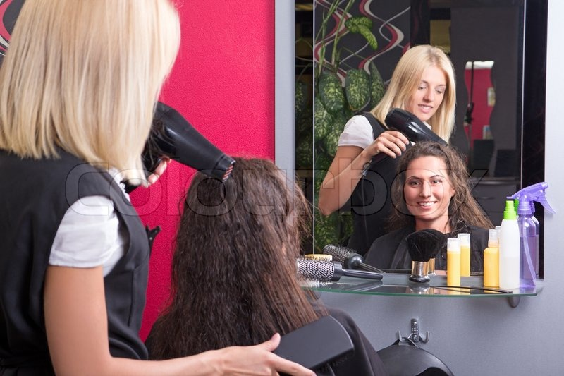 Junger Friseur Macht Frisur Für Schöne Stockfoto Colourbox