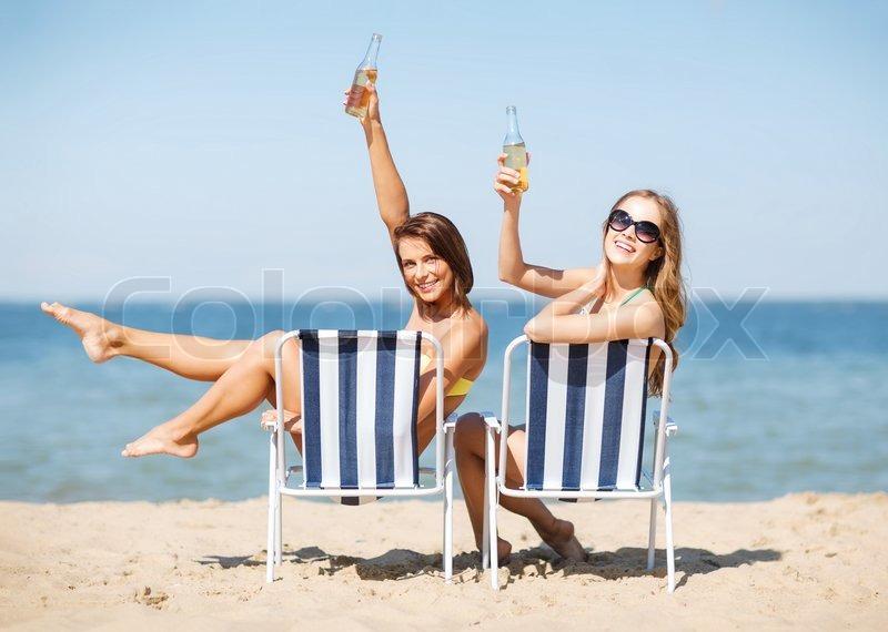 фото красивая девушка на пляже держит табличку