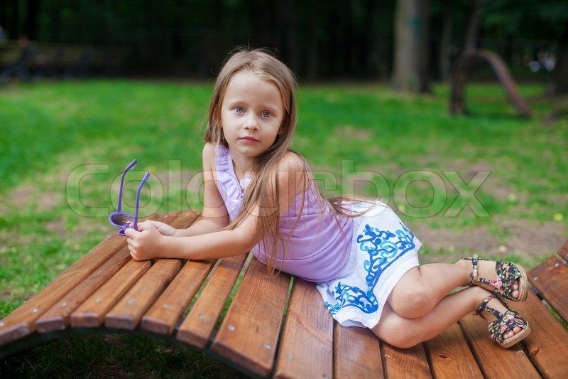 Niedliche Kleine Mädchen Auf Hölzernen Stock Bild Colourbox