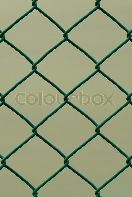Grüner Draht Zaun auf braunem Hintergrund, vertikale Muster isoliert ...