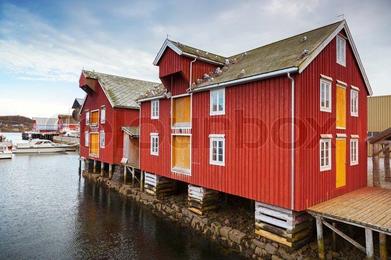 rote und gelbe h lzerne k ste h user in norwegischen fischerdorf rorvik norwegen stockfoto. Black Bedroom Furniture Sets. Home Design Ideas