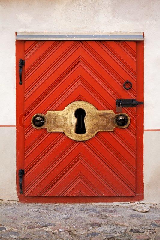 alte rote holzt r mit schloss und gro e schl sselloch alt altmodisch sicherheitskonzept. Black Bedroom Furniture Sets. Home Design Ideas