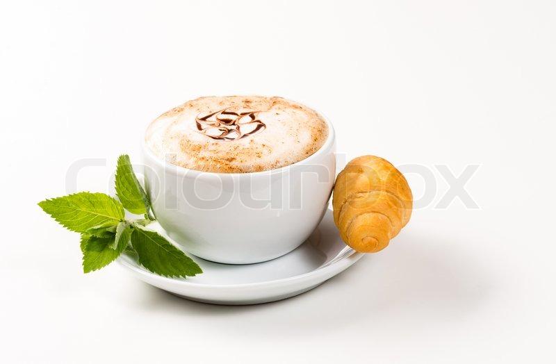 gro e tasse mit kaffee und croissants stockfoto colourbox. Black Bedroom Furniture Sets. Home Design Ideas