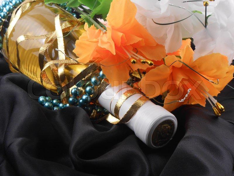 flasche champagner und blumen festlich anordnung mit sekt und blumen stockfoto colourbox. Black Bedroom Furniture Sets. Home Design Ideas
