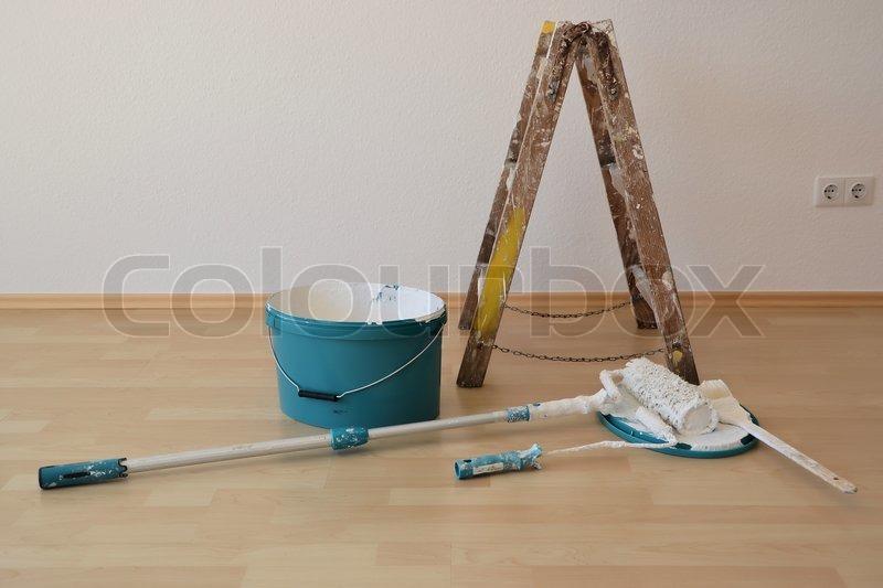 ein eimer mit farbe eine leiter und die werkzeuge eines malers liegen auf dem boden auf einer. Black Bedroom Furniture Sets. Home Design Ideas