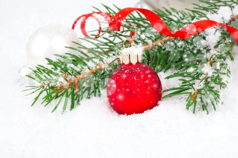 Weihnachtskugeln und tannenzweige auf einem hintergrund for Weihnachtskugeln bilder