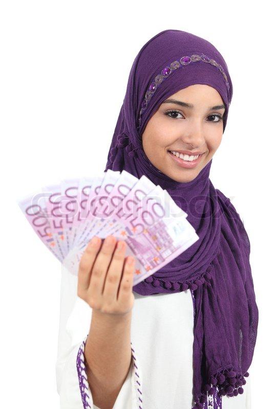 sch ne arabische frau h lt und zeigt geld stockfoto colourbox. Black Bedroom Furniture Sets. Home Design Ideas
