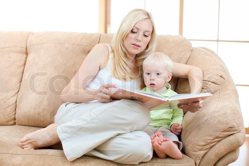 мама с сыном на диване № 75180