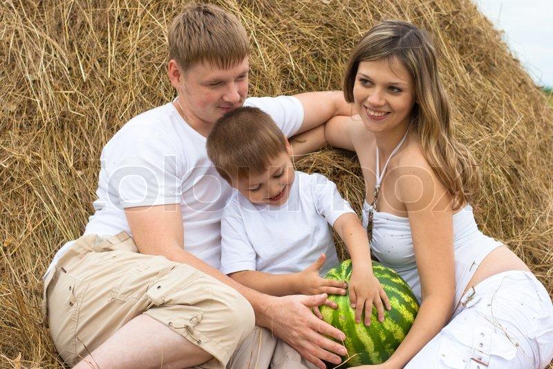 4d78d8c13be Lykkelig familie i høstak eller hayrick ... | Stock foto | Colourbox