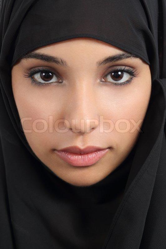 Portræt af en smuk arabisk kvinde ansigt med en sort