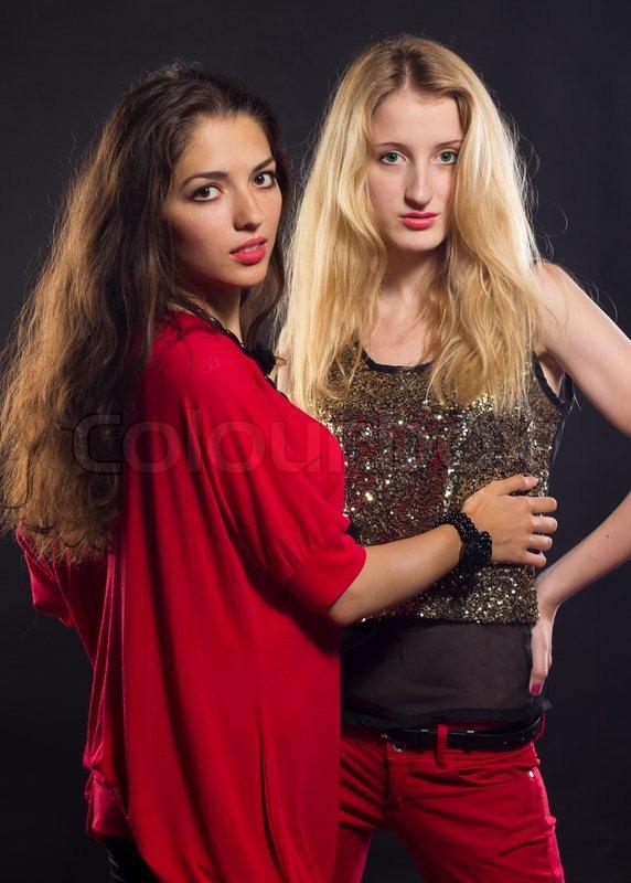 a0919adb489f To unge kvinder i mode moderne tøj
