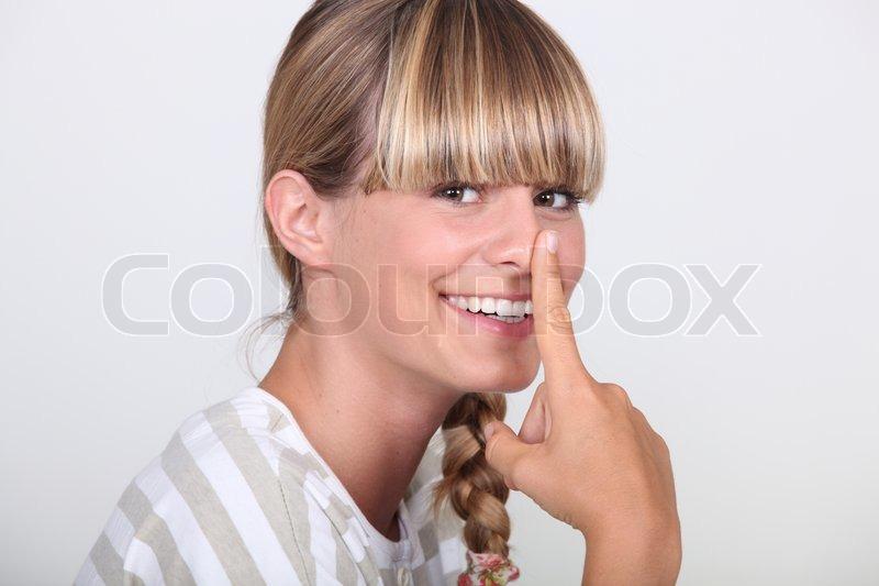 двое любят достать указательным пальцем кончик носа преимущественно мужской чакрой
