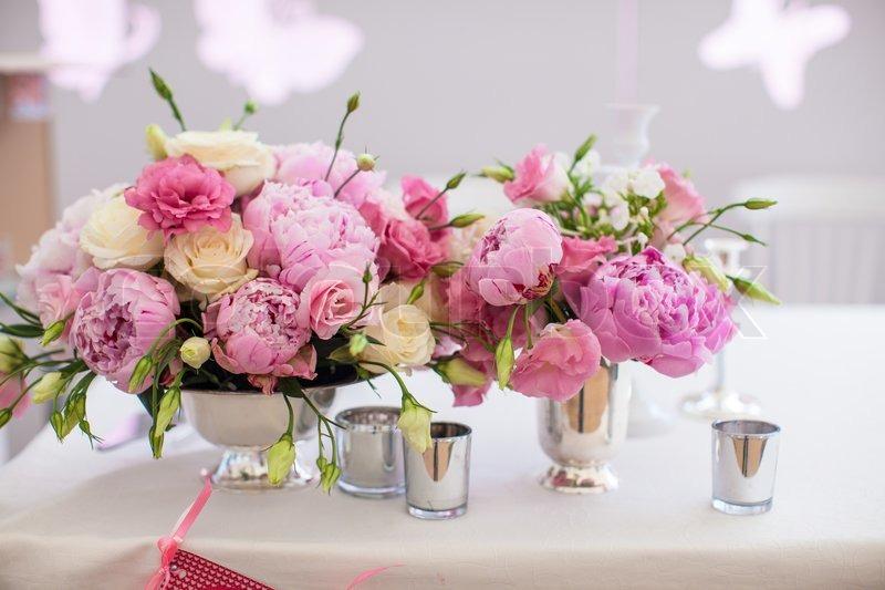 Smukke lyse buket p on p brylluppet tabellen i vase - Que poner encima de una mesa de comedor ...