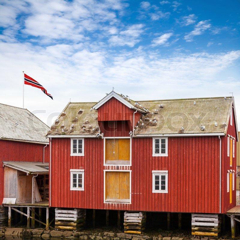 Beautiful Rote Und Gelbe Hölzerne Küsten Haus In Norwegischen Fischerdorf Rorvik ,  Norwegen | Stockfoto | Colourbox