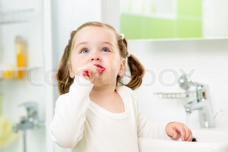 Kind Mädchen Zähneputzen im Badezimmer | Stock Bild | Colourbox