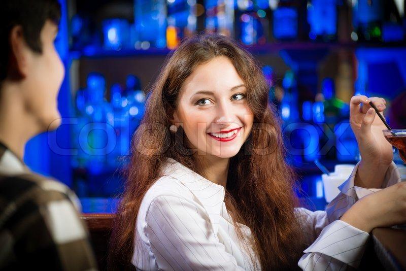 Frauen in einer bar kennenlernen