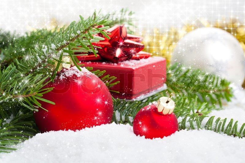 rote weihnachtskugel mit tannenzweig geschenk und schnee auf wei en schnee hintergrund. Black Bedroom Furniture Sets. Home Design Ideas