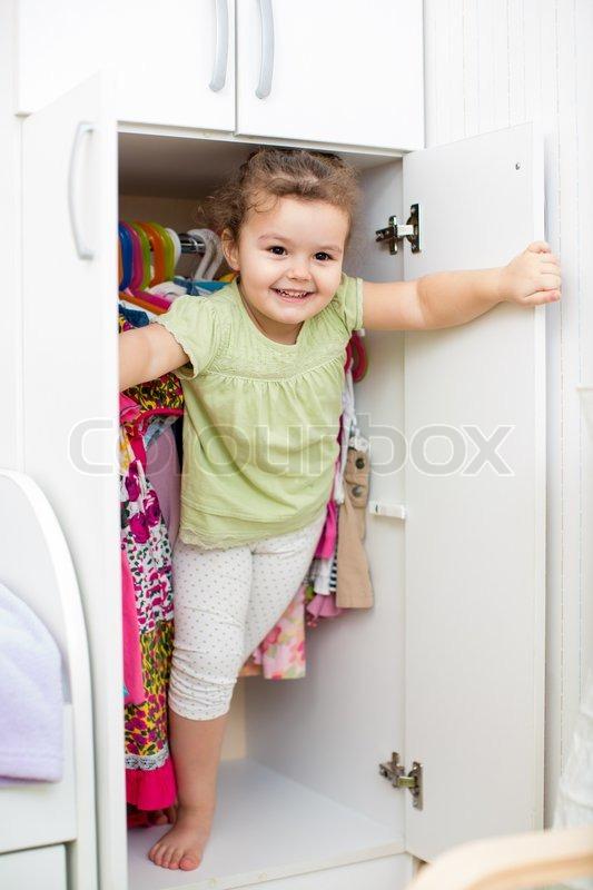 junge m dchen spielen ang versteck in kleiderschrank. Black Bedroom Furniture Sets. Home Design Ideas