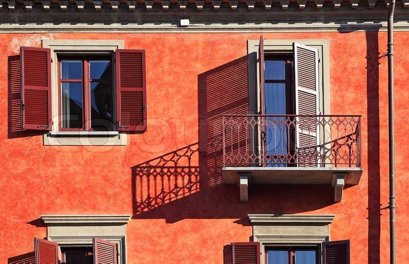 balkon und fenster mit fensterl den schattenwurf stockfoto colourbox. Black Bedroom Furniture Sets. Home Design Ideas