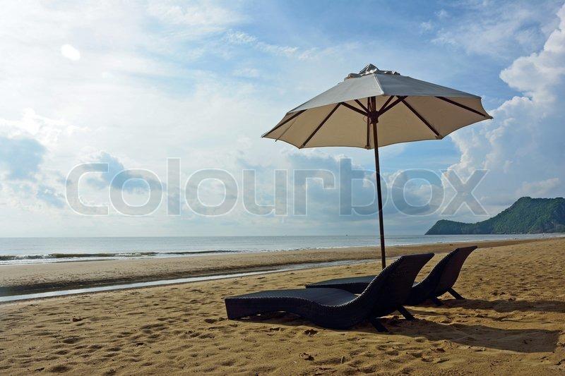 liegestuhl und sonnenschirm am strand in pranburi prachuabkirikhan provinz von thailand. Black Bedroom Furniture Sets. Home Design Ideas