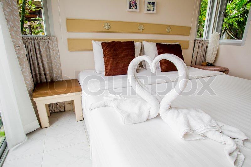 sch ne moderne haus und hotelbesuche schlafzimmer innenarchitektur mit schw nen aus dem handtuch. Black Bedroom Furniture Sets. Home Design Ideas