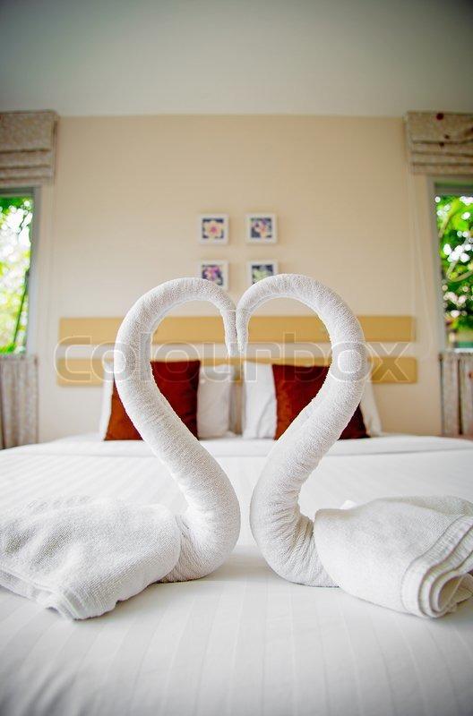 Flot moderne hjem og hotel soveværelse interiør design med svaner ...