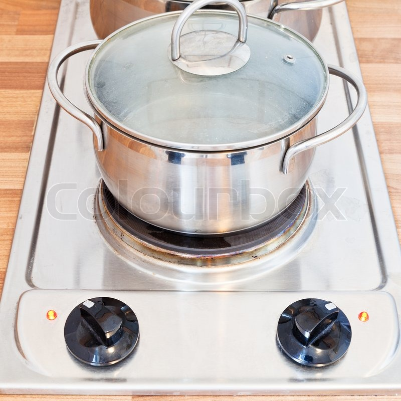 kochendes wasser in metall topf auf herdplatte stock foto colourbox. Black Bedroom Furniture Sets. Home Design Ideas