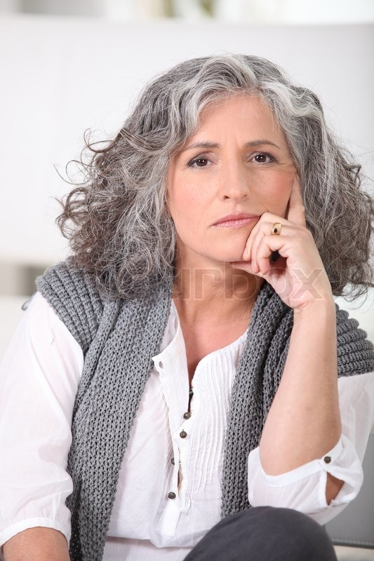 Ältere Frau mit langen grauen Haaren | Stockfoto | Colourbox