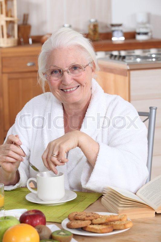 Oma in der Küche beim Frühstück | Stock Bild | Colourbox