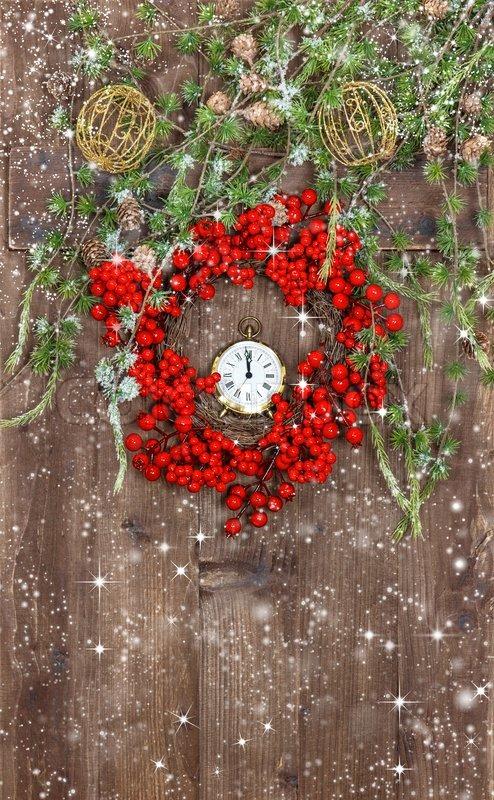 weihnachtsbaum zweigen und kranz aus roten beeren stockfoto colourbox. Black Bedroom Furniture Sets. Home Design Ideas