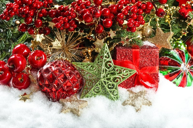 Red and gold christmas decorations wallpaper - Festive Decoration With Baubles Golden Garlands