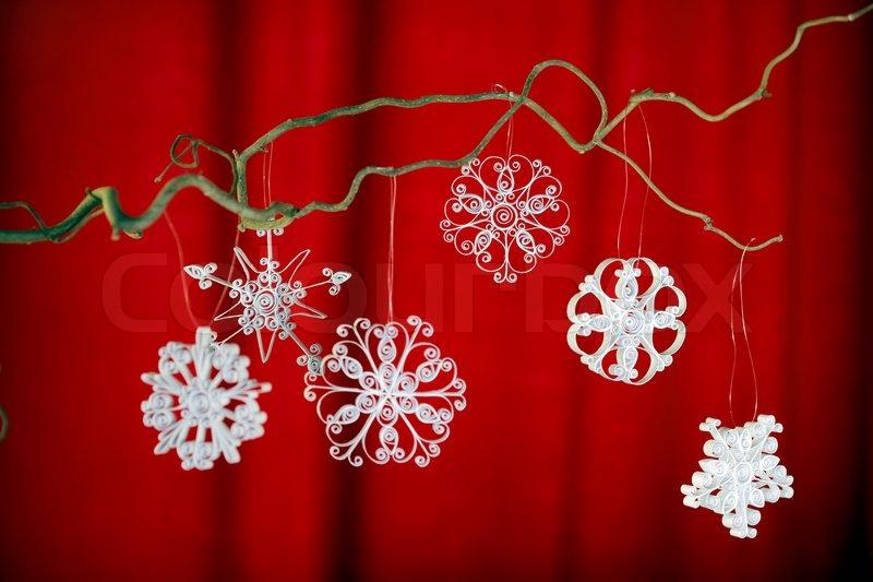 weihnachtsschmuck aus wei em papier schneeflocken h ngen. Black Bedroom Furniture Sets. Home Design Ideas