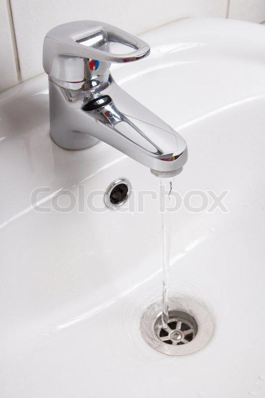 vandhane badeværelse Badeværelse interiør med hvid vask og vandhane | stock foto  vandhane badeværelse