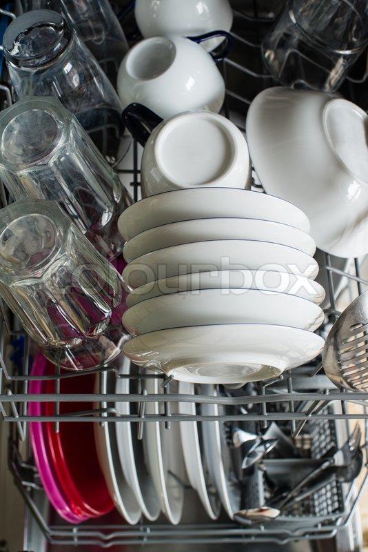 geschirrsp ler nach reinigung mit teller tassen gl ser besteck und kunststoffboxen. Black Bedroom Furniture Sets. Home Design Ideas