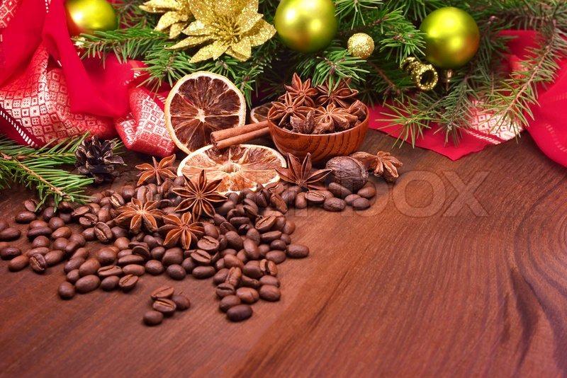 Gew rze und weihnachtsbaum mit dekoration stockfoto for Dekoration weihnachtsbaum