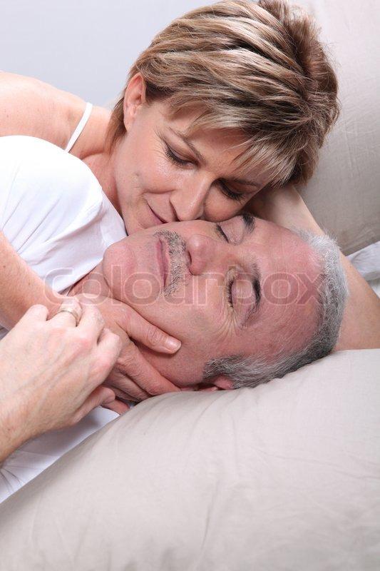 фото муж с женой в кровати с пожилой женщиной