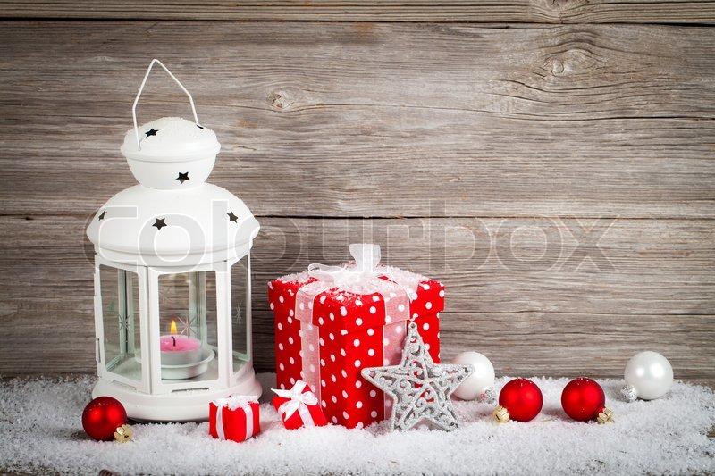 brennende laterne im schnee mit weihnachtsdekoration auf holz hintergrund stockfoto colourbox. Black Bedroom Furniture Sets. Home Design Ideas