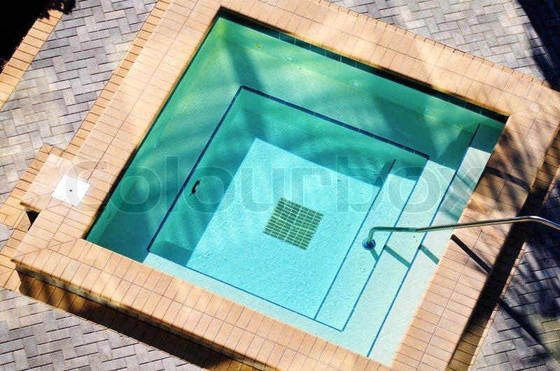 Platz im freien jacuzzi stock foto colourbox - Pool quadratisch ...