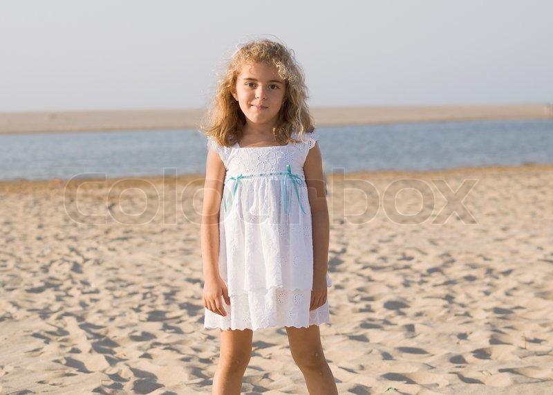 Kleines Mädchen im weißen Kleid | Stockfoto | Colourbox