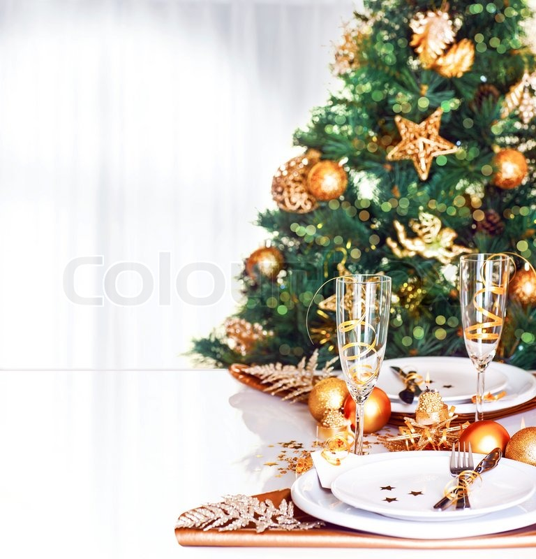 Weihnachtsessen dekoration frische gr ne tanne mit gl nzenden goldenen kugeln festlich - Grune dekoration ...