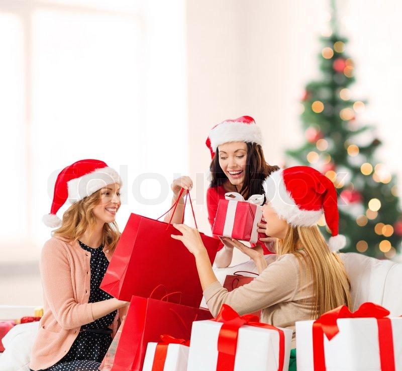 Дарить друг другу подарки