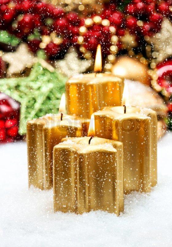 Advent dekoration mit vier brennende kerzen und fallende - Dekoration advent ...