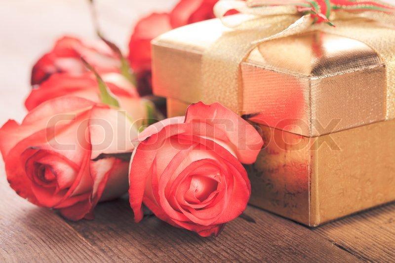 geschenk box und blumenstrau der rosen stockfoto colourbox. Black Bedroom Furniture Sets. Home Design Ideas