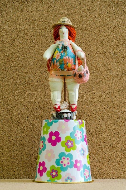 Dicke Frau in Badeanzug und einem Strohhut auf eine Babyschale   Stockfoto    Colourbox 1e57157468