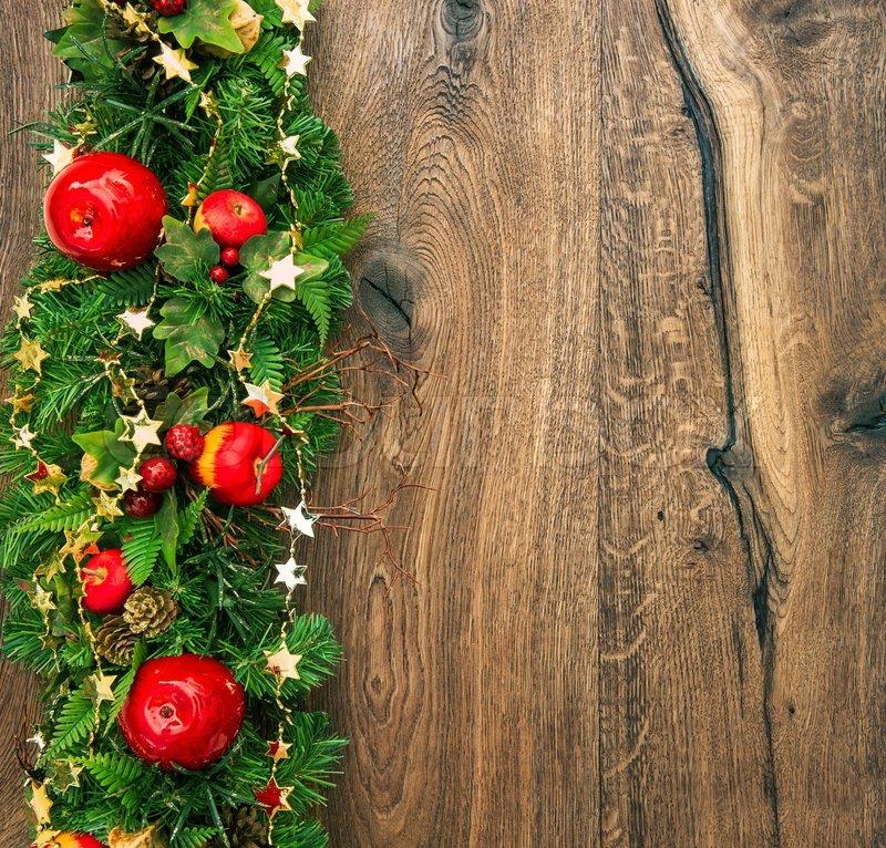 weihnachten dekoration rot gr n gold auf h lzernen. Black Bedroom Furniture Sets. Home Design Ideas