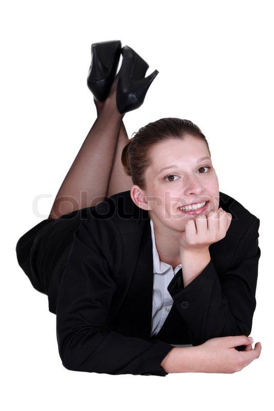 Entspannte gesch ftsfrau die auf dem boden liegen for Boden liegen