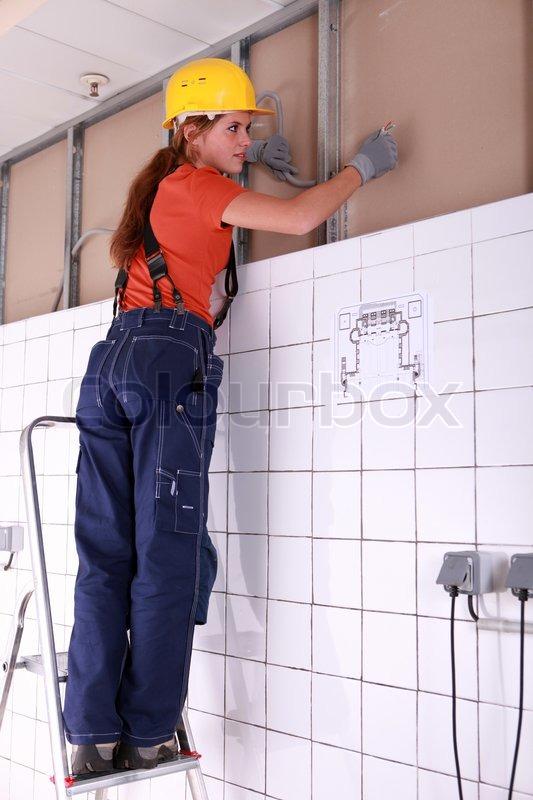 Weibliche Handwerker Verdrahtung System installieren | Stockfoto ...