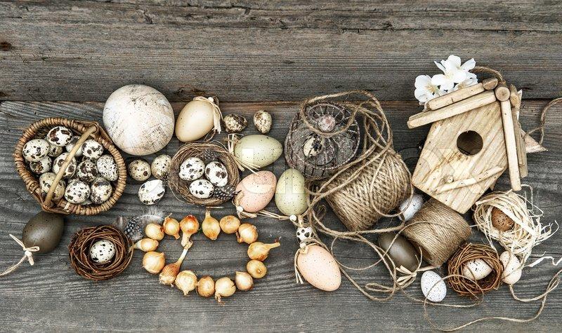 Vintage Dekoration Mit Eiern Und Blumenzwiebeln Stock