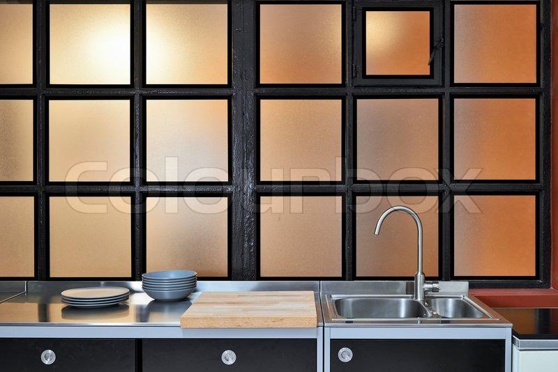 Fenster Loft detail der stahl waschbecken unter dem fenster in einer loft silber
